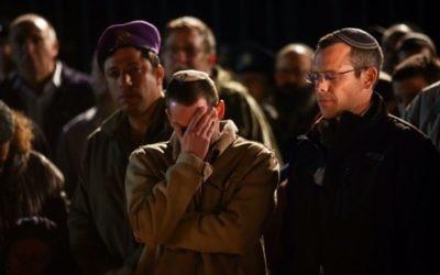 Centaines de personnes assistent aux funérailles de l'officier de réserve Eliav Gelman à Kfar Etzion, le 24 février 2016 (Crédit photo : Yonatan Sindel / Flash90)