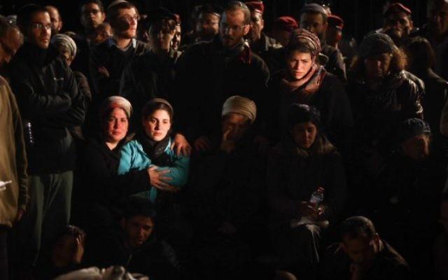 Centaines de personnes assistent aux funérailles du soldat en réserve Eliav Gelman à Kfar Etzion, le 24 février 2016 (Crédit : Yonatan Sindel / Flash90)