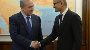 Le Premier ministre Benjamin Netanyahu (à gauche) avec le PDG de Microsoft Satya Nadella, le 25 février 2016. (Crédit : Amos Ben Gershom/GPO)