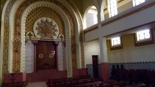 L'intérieur de la synagogue Mekor Haim, aussi connu comme la Synagogue Kadoorie, à Porto, au Portugal, le 28 janvier 2016 (Crédit : Rachel Delia Benaim / Times of Israël)