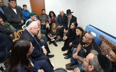 Le président Reuven Rivlin rencontrant le 8 février 2016, la famille de la policière de la police des frontières tuée, Hadar Cohen, qui a été tuée cinq jours plus tôt dans une attaque terroriste à la porte de Damas à Jérusalem (Crédit : Mark Neyman / GPO)