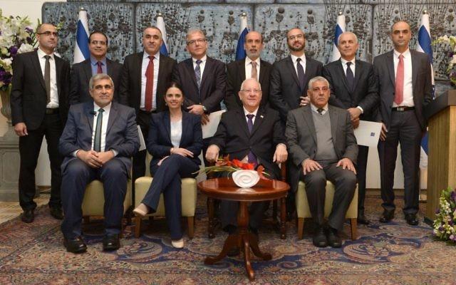 Le président Reuven Rivlin et la ministre de la Justice Ayelet Shaked (au centre) avec les nouveaux juges de la charia israéliens lors d'une cérémonie à la résidence du président à Jérusalem, le mardi 9 février 2016 (Crédit : Mark Neyman / GPO)
