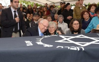 Le président Reuven Rivlin, à gauche, avec la veuve de Samuel Willenberg, Ada Willenberg à l'enterrement de ce dernier, le 22 février 2016 (Crédit : Mark Neyman / GPO)