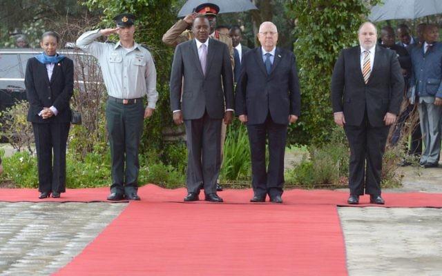 Le président Reuven Rivlin (à droite sur le tapis rouge) accueille son homologue kényan, Uhuru Kenyatta, en visite d'Etat en Israël, dans sa résidence de Jérusalem, le 23 février 2016. (Crédit : Mark Neyman / GPO)
