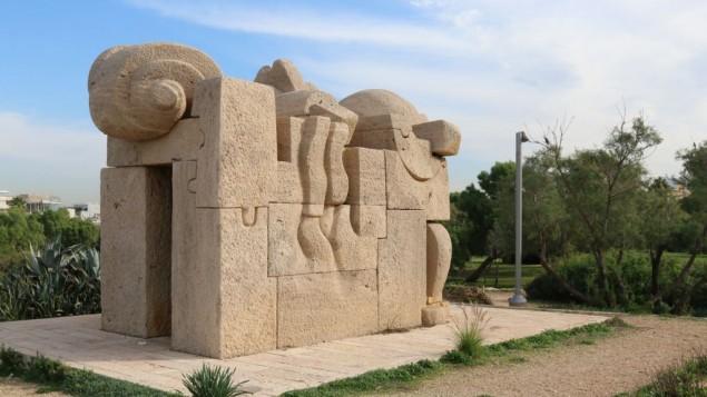 La porte de la paix de Pietro Cascella. (Crédit : Shmuel Bar-Am)