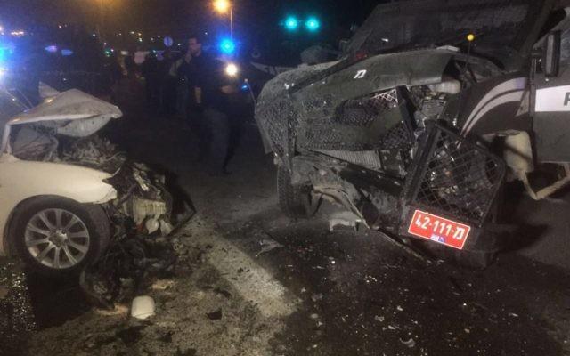 La scène de l'attaque à la voiture-bélier près de Maale Adumim, le 13 février 2016 (Crédit : police israélienne)