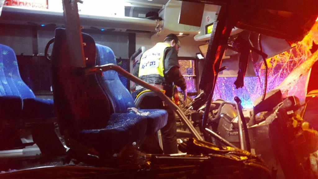 La scène de l'accident de bus sur la route 1 route près de l'intersection d'Anava le 14 février 2016 (Crédit : Zaka)