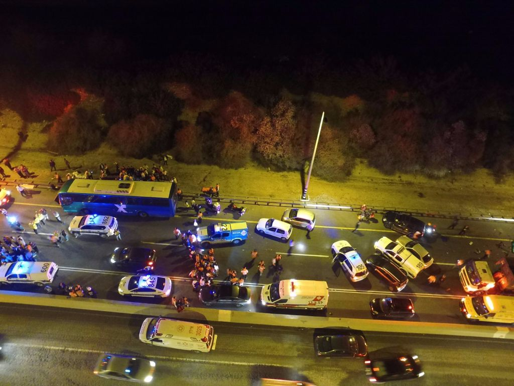 La scène de la collision mortelle entre un bus et camion sur la route 1, le 14 février 2016  (Crédit : United Hatzalah)