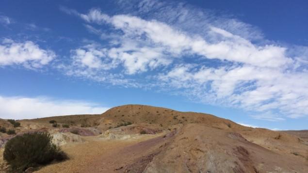 les sables colorés du cratère, un endroit parfait pour faire ses plus belles œuvres de sable. (Crédit : Jessica Steinberg/Times of Israel)