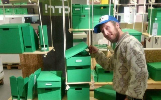 Benjamin Terrell, au travail au IKEA de Rishon Lezion (Crédit : autorisation de Benjamin Terrell)