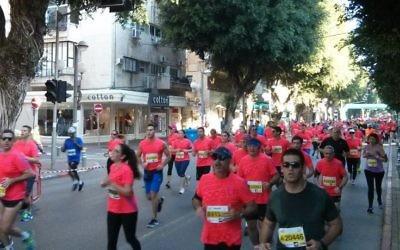 Les participants au marathon annuel de Tel-Aviv, le 26 février 2016 (Crédit : Itamar Sharon)
