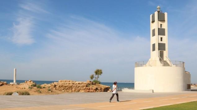 Le phare des années 1930 restauré du port de Tel Aviv Port. (Crédit : Shmuel Bar-Am)