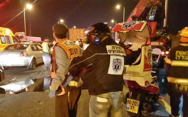 Scène de l'accident de la route sur la route 443, le 14 février 2016 (Crédit : Hatzalah)