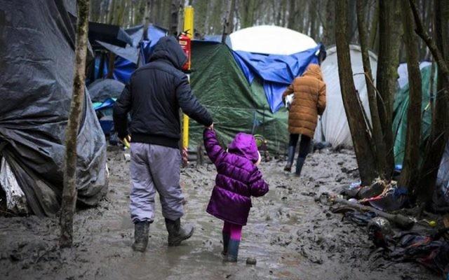 Camp de réfugiés dans le nord de la France, en février 2016. (Crédit : IsraAID)