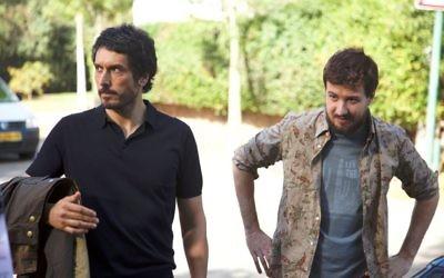 """Vincent Elbaz, à gauche, et Ludovik Day pendant une pause sur le tournage de """"Je compte sur vous"""" à Tel-Aviv, en mai 2015. (Crédit : autorisation de Pascal Elbe / via JTA)"""