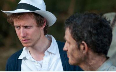 """Le réalisateur juif, né en Hongrie, László Nemes sur le plateau de """"Son of Saul"""" aux côtés de Géza Röhrig. (Crédit : autorisation)"""