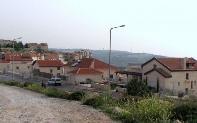 Vue de l'implantation de Neve Daniel, en Cisjordanie, au sud de Jérusalem. (Crédit : Gilabrand / Wikimedia CC BY-SA 3.0)