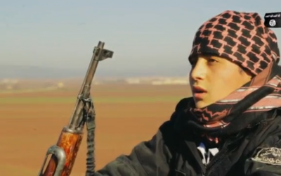 Un adolescent kamikaze de l'Etat islamique dans une vidéo de propagande avant d'aller mener sa mission. (Crédit : capture d'écran VideoPress)