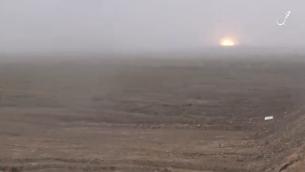 Vidéo de propagande de l'Etat islamique affirmant montrer le suicide d'un adolescent par détonation d'une voiture piégée au nord d'Alep. (Crédit : capture d'écran VideoPress)