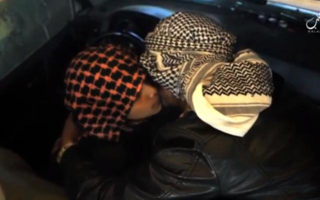 Le père d'un adolescent kamikaze de l'Etat islamique l'embrasse avant de l'envoyer mener son attaque. (Crédit : capture d'écran VideoPress)