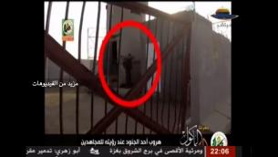 Capture d'écran de la vidéo montrant les hommes armés du Hamas s'infiltrer dans une base militaire en Israël, près du kibboutz Nahal Oz, le 28 juillet 2014. (Crédit : capture d'écran YouTube)