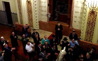Les hommes dansant au rez de chaussée de la synagogue Mekor Haim, pour célébrer la nouvelle la Torah à Porto, au Portugal, le 30 janvier 2016 (Crédit : Rachel Delia Benaïm / The Times of Israel)