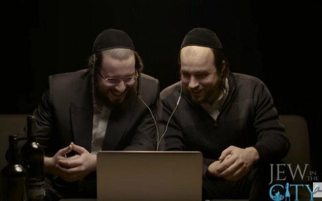 """'Des juifs hassidiques regardent """"Un violon sur le toit"""" pour la première fois' (Crédit : capture d'écran YouTube)"""