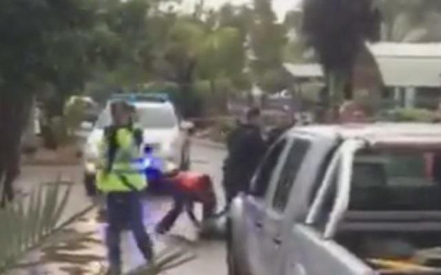 La scène d'une attaque au couteau à Ashkelon le 7 février 2016. (Capture d'écran : Twitter/Eli Shlezinger)