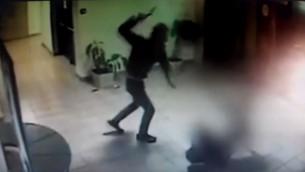 Vidéos de caméras de sécurité montrant le Palestinien Saadi Ali Abu Ahmad attaquant le garde de sécurité Tzvika Cohen avec une hache, dans le centre commercial de l'implantation de Maale Adumim, le 25 février 2016. (Crédit : YouTube/Alik Maor)