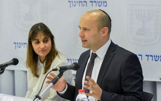 Le ministre de l'Éducation Naftali Bennett (à droite) avec la directrice général du ministère  de l'Éducation Michal Cohen lors d'une conférence de presse à Tel Aviv, le 18 février 2016  (Crédit photo: Flash90)