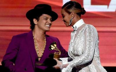 Beyonce présente le meilleur album aux Grammys dans sa robe Inbal Dror aux côtés de Bruno Mars, le 15 février 2016 (Crédit : autorisation Grammy The Recording Academy)