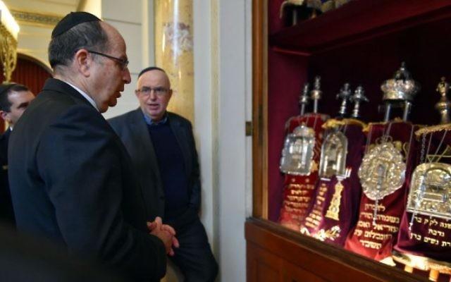Le ministre de la Défense Moshe Yaalon devant des rouleaux de la Torah à Bern, en Suisse, le 10 février 2016. (Crédit : Ariel Hermoni/Defense Ministry)