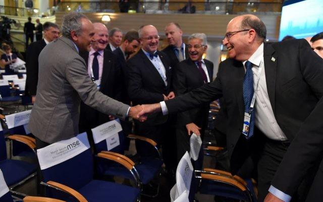 Le ministre de la Défense Moshe Yaalon (à droite) serrant la main du prince saoudien Turki al-Faisal à la Conférence de Munich sur la sécurité, le 14 février 2016 (Crédit : Ariel Harmoni / Ministère de la Défense)