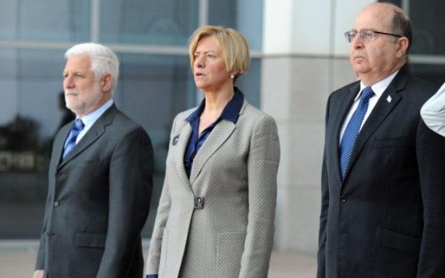 Le ministre de la Défense Moshe Yaalon, à droite, et son homologue italienne Roberta Pinotti, au centre, à Tel Aviv le 29 février 2016. (Crédit : Ariel Hermoni/ministère de la Défense)