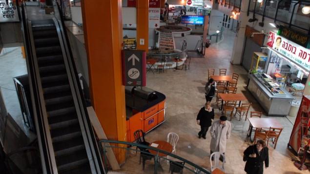 Vie générale de la gare routière centrale de Tel Aviv. (Crédit : Gili Yaari / Flash 90).
