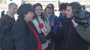 Cheryl Birkner Mack, à gauche, est interviewée après la prière au mur Occidental des Femmes du mur 'originelles', le 3 février 2016. (Crédit photo:  Raya Meltz, morayaDESIGN)