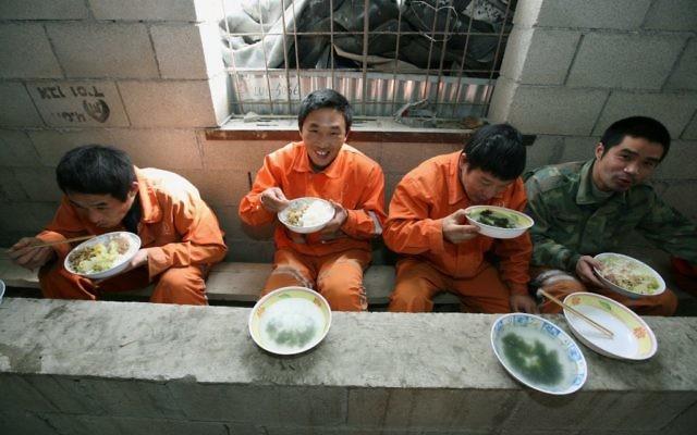 Des travailleurs étrangers chinois qui creusent les tunnels du Carmel dans le nord d'Israël, pendant leur pause déjeuner, le 24 février 2009. (Crédit : Moshe Shai/FLASH90)