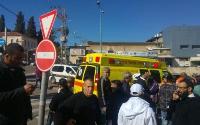 Les services de premier secours sur les lieux de l'attaque au couteau à Ramle, le jeudi 4 février 2016. (Crédit : Magen David Adom)