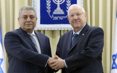 Le nouvel ambassadeur d'Egypte en Israël, Hazem Khairat (à gauche), avec le président Reuven Rivlin à Jérusalem, le 25 février 2016. (Crédit photo: Mark Neiman/GPO)
