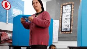 Une électrice juive ultra-orthodoxe dans un bureau de vote le mardi 28 mars 2006 (Crédit photo: Nati Shohat / Flash90)