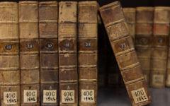 Les livres sur une étagère à l'intérieur de la Bibliothèque nationale d'Israël, qui détient plus de 5 millions de livres, et est situé à la faculté de Givat Ram de l'niversité hébraïque de Jérusalem, 6 juillet 2011 (Crédit : Yaakov Naumi / Flash90)