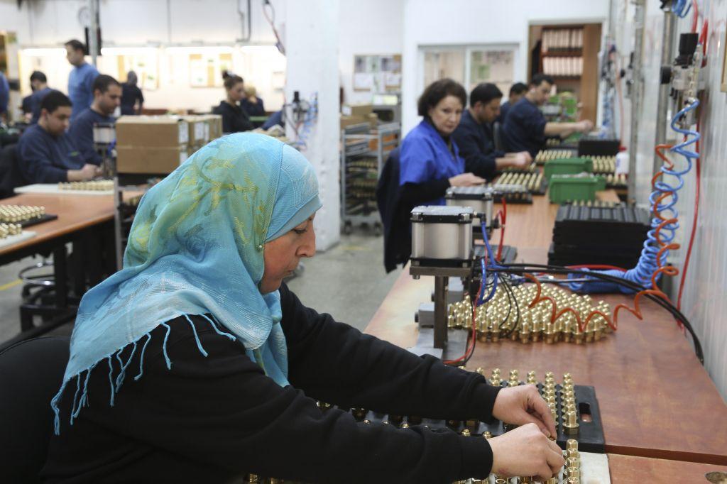 Une femme palestinienne qui travaille dans l'usine de SodaStream à Mishor Adumim, le 2 février 2014 (Crédit : Nati Shohat / Flash90)