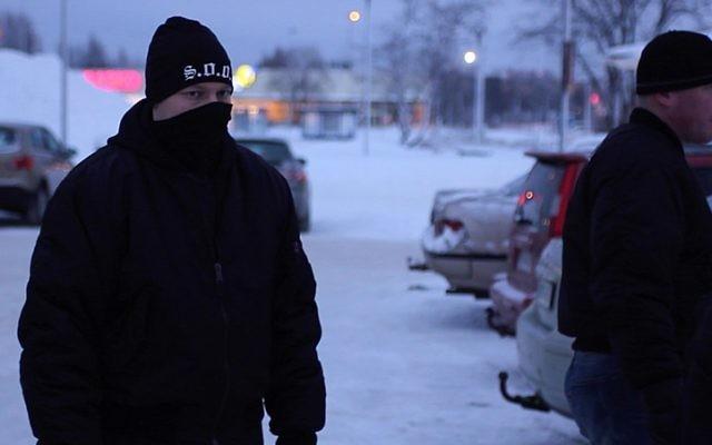 Un groupe d'hommes se faisant appeler les 'Soldats d'Odin', un groupe finlandais néo-nazi qui affirme protéger les habitants des demandeurs d'asile en FInlande, le 5 février 2016 (Crédit : AFP / Sam Kingsley)
