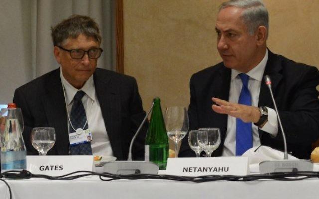 Le Premier ministre Benjamin Netanyahu aux côtés de Bill Gates au Forum économique mondial de Davos, en Suisse, le 23 janvier 2014. (Crédit : Kobi Gideon/GPO/Flash 90)