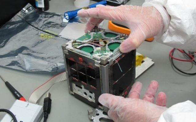 Un nano-satellite fabriqué en Israël (Crédit : CC BY-SA Royroy903 Wikimedia Commons)