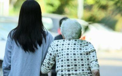 Une aide domestique philippine aide une femme âgée, le 2 novembre 2010. (Crédit : Moshe Shai/Flash90)