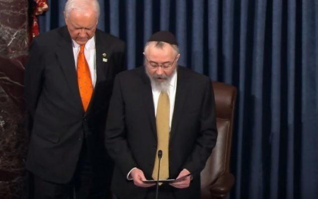 Le rabbin Yosef Greenberg délivre une prière au Sénat américain, le 3 février 2016. (Crédit : capture d'écran YouTube)
