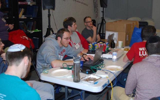 Les participants au hackathon  travaillant sur des applications à l'Université du  Maryland (Crédit : Autorisation)