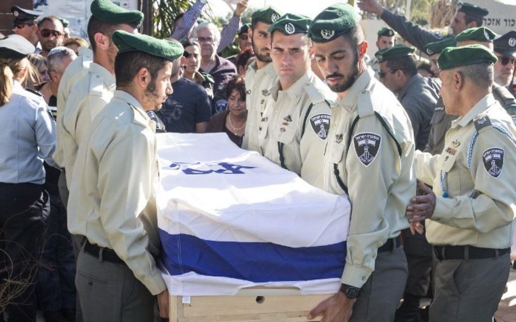 Les soldats portant le cercueil de Hadar Cohen, 19 ans, le 4 février, 2016, lors de ses funérailles dans la ville de Yehud (Crédit : AFP / JACK GUEZ)
