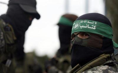 Des membres du Hamas aux funérailles d'un groupe de sept ouvriers qui creusaient un tunnel de combat contre Israël qui s'est effondré, à Gaza ville, le 29 janvier 2016. (Crédit : Mohammed Abed/AFP)